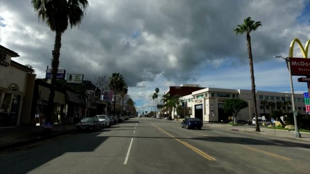 drifting down ventura boulevard in the san fernando valley. - boulevard video stock e b–roll