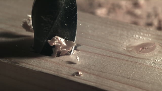 slo mo, cu, drill bit in wood with shavings - bohrer stock-videos und b-roll-filmmaterial