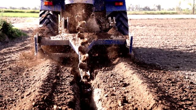 vidéos et rushes de percer à l'aide de tracteur & machine dans le domaine - digging