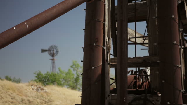vidéos et rushes de drill, windmill, withered grass, blue sky, changing focus lubbock, tx, usa - tour de forage