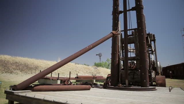 vidéos et rushes de drill, windmill, withered grass, blue sky, lubbock, tx, usa - tour de forage