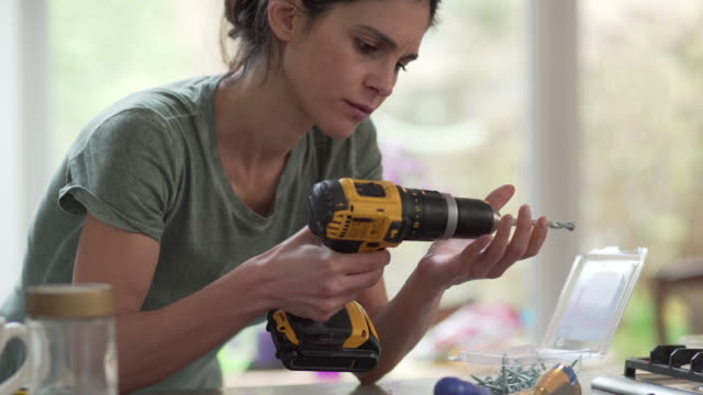 stockvideo's en b-roll-footage met diy boor vrouw close-up - doe het zelven