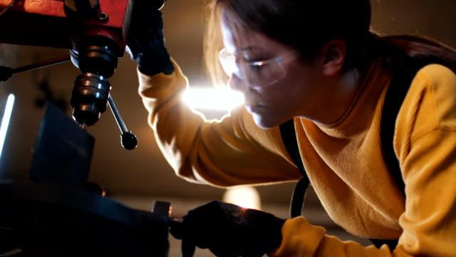 stockvideo's en b-roll-footage met boren van een gat in een metalen deel - productielijn werker
