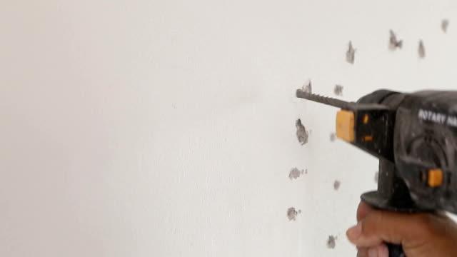 vídeos de stock e filmes b-roll de perfuração na parede - buraco