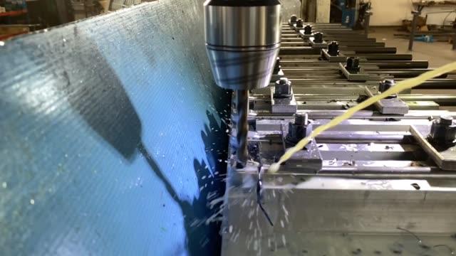 stockvideo's en b-roll-footage met drilling metal parts on milling machine in slow motion - piercen