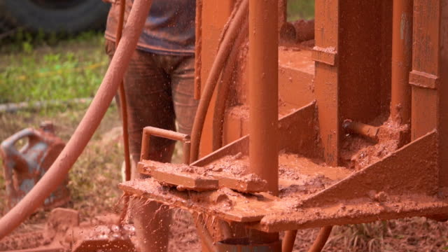 drilling operator in öl-industrie - stahlfass stock-videos und b-roll-filmmaterial