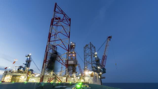 vídeos de stock, filmes e b-roll de perfuração plataforma - dia para a noite - plataforma marítima
