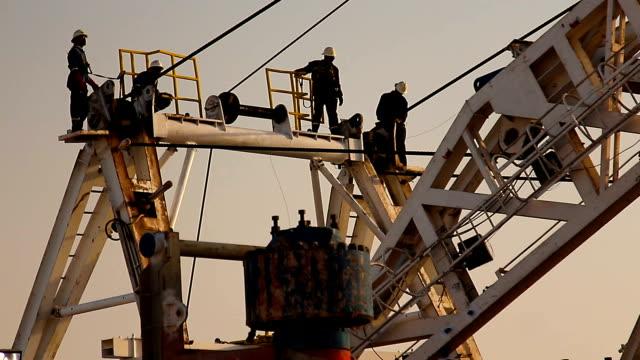 vídeos de stock, filmes e b-roll de equipamento de perfuração, ao pôr do sol - plataforma marítima