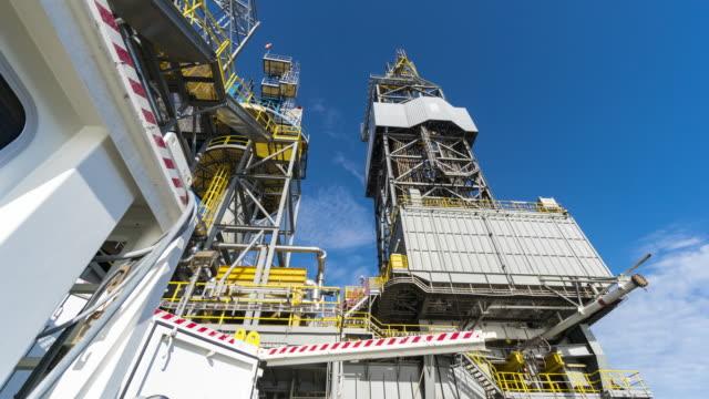 vidéos et rushes de drilling rig inclinaison du mât vers le haut - plateforme