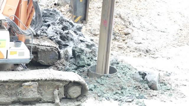 vídeos de stock, filmes e b-roll de equipamentos de perfuração para construir estruturas de equilíbrio - pile driver