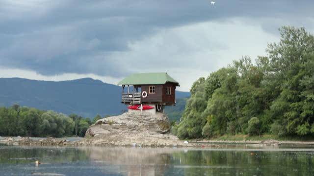 vidéos et rushes de réflexion de maison de drina - de petite taille