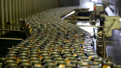 vídeos y material grabado en eventos de stock de latas de bebida en las líneas de producción - aluminio