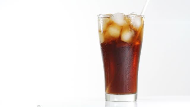 vidéos et rushes de boisson cola en paille - soda
