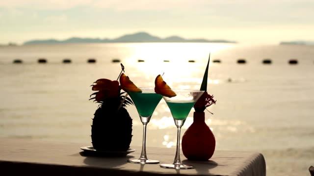 vidéos et rushes de verre sur la plage - alcool