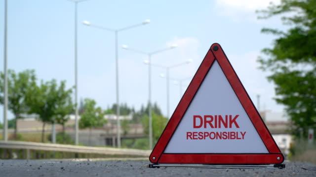 stockvideo's en b-roll-footage met verantwoord drinken-verkeersbord - alcoholtest