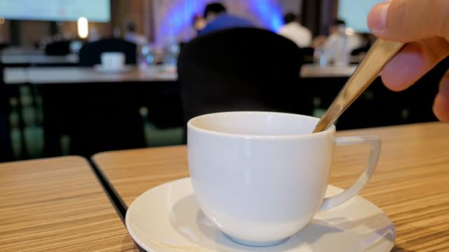 vídeos de stock e filmes b-roll de beber café no seminário - bebida quente