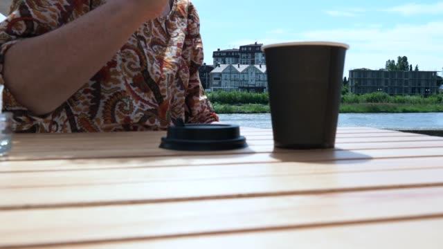 dricka kaffe på gatan - engångsmugg bildbanksvideor och videomaterial från bakom kulisserna