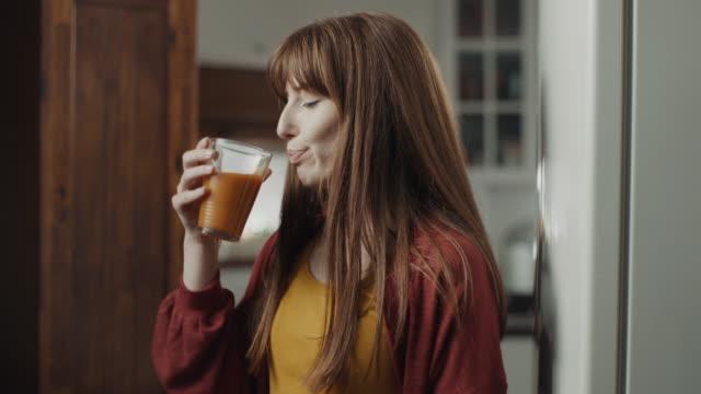 frischer saft trinken - orange stock-videos und b-roll-filmmaterial