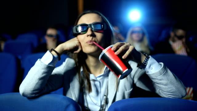 vídeos de stock, filmes e b-roll de bebendo suco no cinema - pipoca