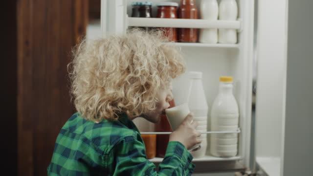 vídeos de stock, filmes e b-roll de bebendo leite! - 4 5 anos