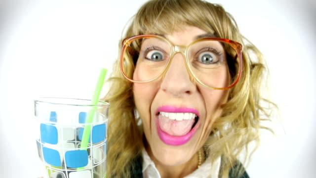 dricksvatten halmstrån är dum nördiga kvinna fisheye video - endast en medelålders kvinna bildbanksvideor och videomaterial från bakom kulisserna