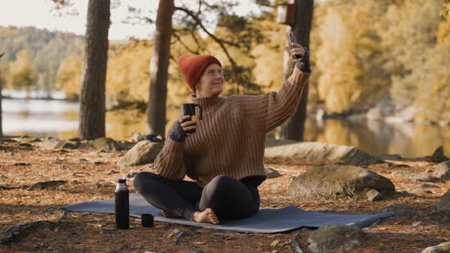 tee trinken und selfies im herbst machen - barfuß stock-videos und b-roll-filmmaterial