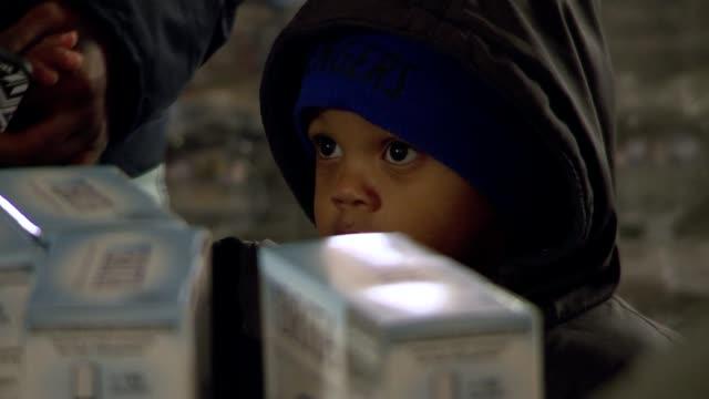 vídeos y material grabado en eventos de stock de drinking water contamination in flint michigan close shot small boy - michigan