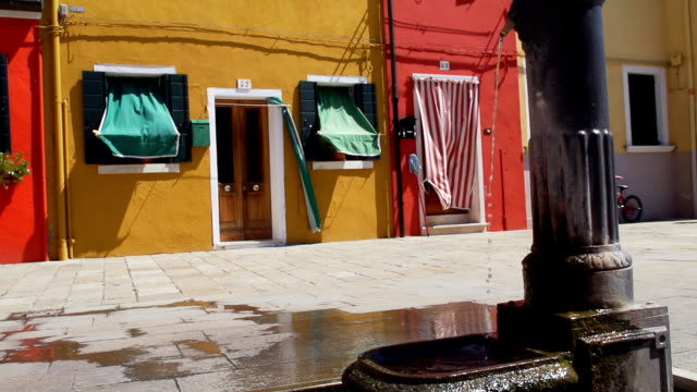 HD SUPER SLOW-MOTION: Fontana di acqua potabile a Venezia