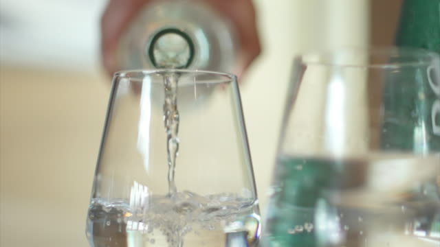 vidéos et rushes de drinking water pouring into a glass. - drinking