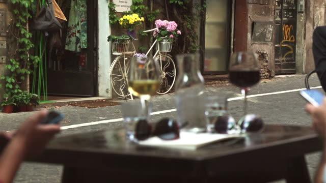 bere vino nel centro di roma - aperitivo video stock e b–roll