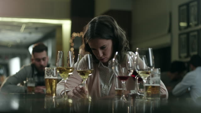 stockvideo's en b-roll-footage met drinken van vrouw - alcoholisme
