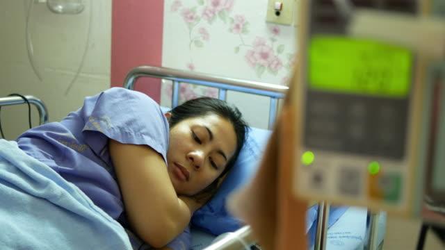 IV infuus met patiënt in het ziekenhuis