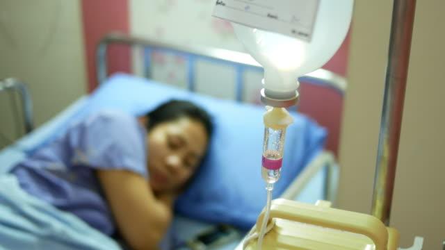 tropf im krankenhaus mit patienten - kochsalzlösung infusion stock-videos und b-roll-filmmaterial