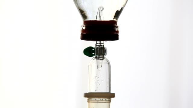 hd-iv dripper im kranken-schwenk nach unten - kochsalzlösung infusion stock-videos und b-roll-filmmaterial