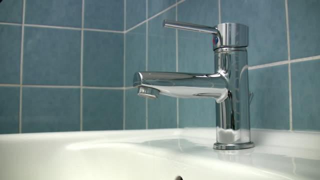"""Tropfender Wasserhahn """"nahtlose loop HD-Technologie"""