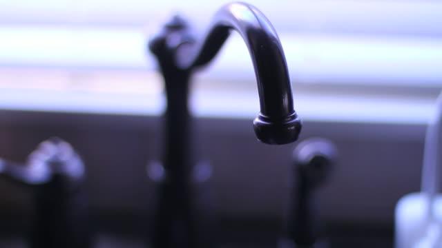 滴る水フォーセット - セレクティブフォーカス点の映像素材/bロール