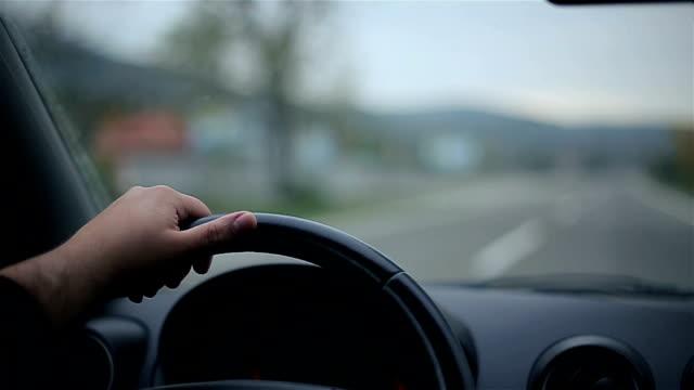 vídeos de stock, filmes e b-roll de carro a car - a parar