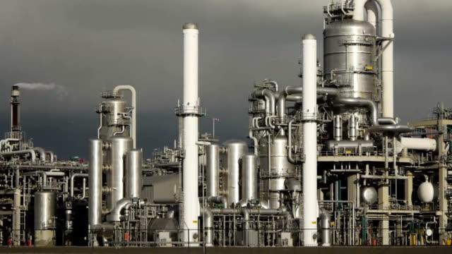 folgen sie der raffinerie - ölindustrie stock-videos und b-roll-filmmaterial