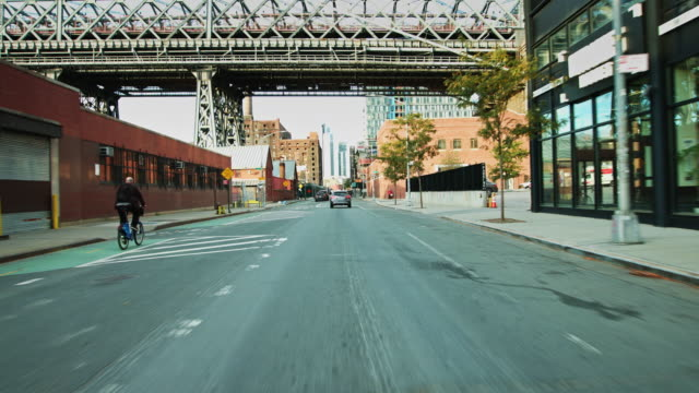 vídeos de stock, filmes e b-roll de drive along waterfront in williamsburg - williamsburg new york