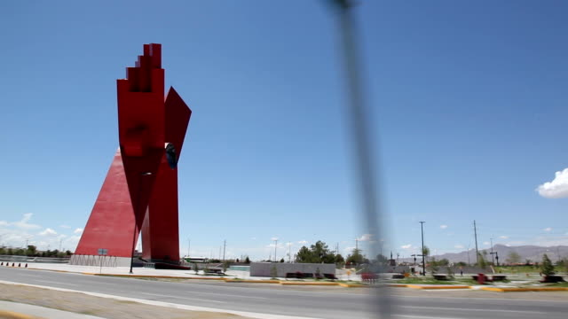 vídeos y material grabado en eventos de stock de drive by park with x statue in the centre ciudad juárez is the largest city in the state of chihuahua but it was also the most dangerous city in... - letra x