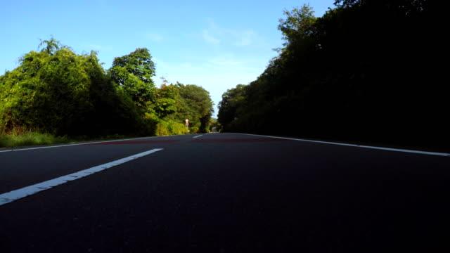 Rijden op een bergweg met motorfiets - achterste weergave--4 K
