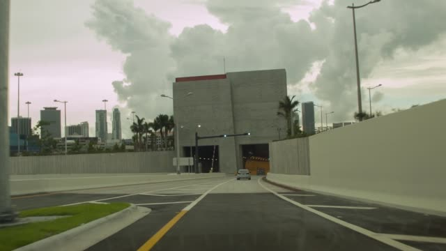 drive through the portmiami tunnel view from car the portmiami tunnel opens for the first time on august 3 2014 in miami florida the tunnel that took... - baia di biscayne video stock e b–roll