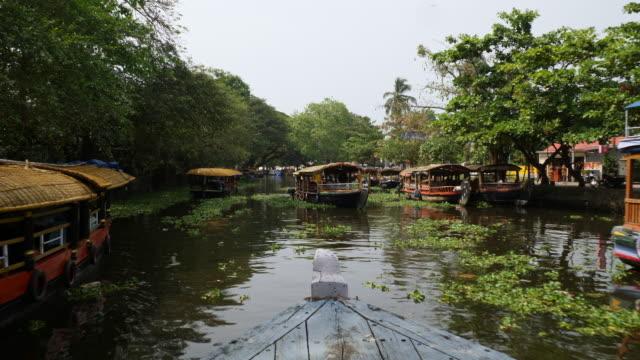 vidéos et rushes de drive with ferry into alleppey canal - bras mort de cours d'eau
