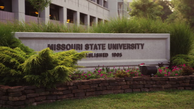 drive-by missouri state univeristy sign - ミズーリ州点の映像素材/bロール