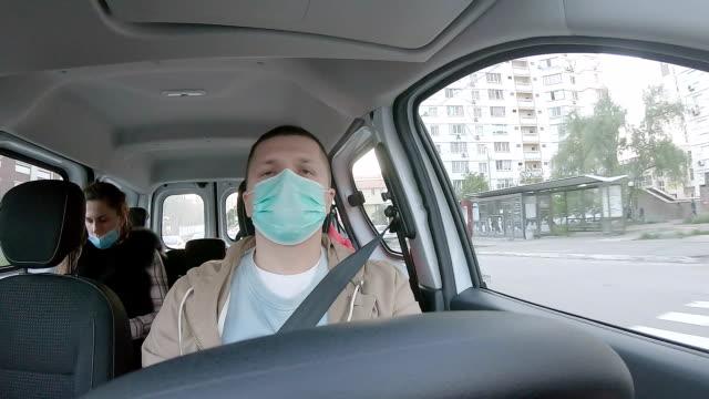 fahrer und passagiere in gesichtsmasken. - mundschutz stock-videos und b-roll-filmmaterial