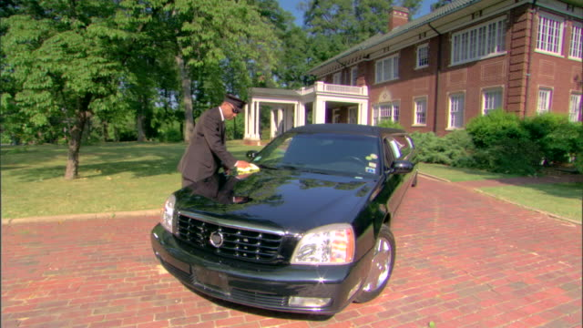 driver cleaning limousine - limousine luxuswagen stock-videos und b-roll-filmmaterial
