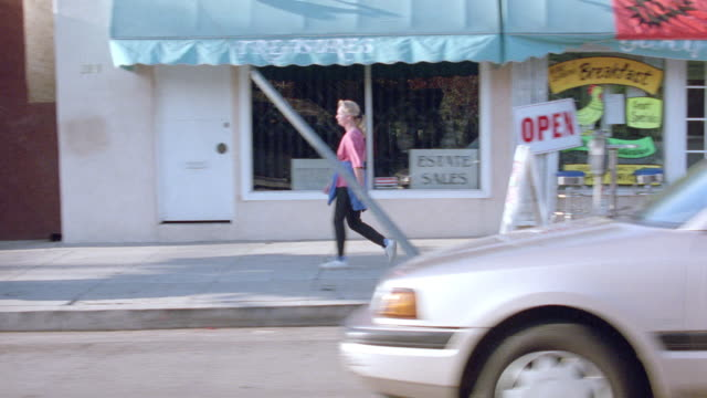vídeos de stock, filmes e b-roll de a driver expresses frustration as he stops on santa monica's ocean park avenue. - a parar