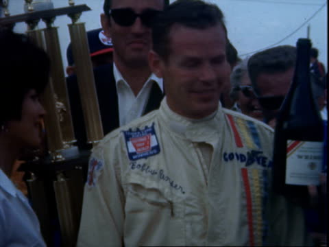 vidéos et rushes de driver graham hill racing lotus indy car 70 / pit crew pushing indy car 29 into pits / driver roger mccluskey racing eagleoffy indy car 8 / roger... - graham hill