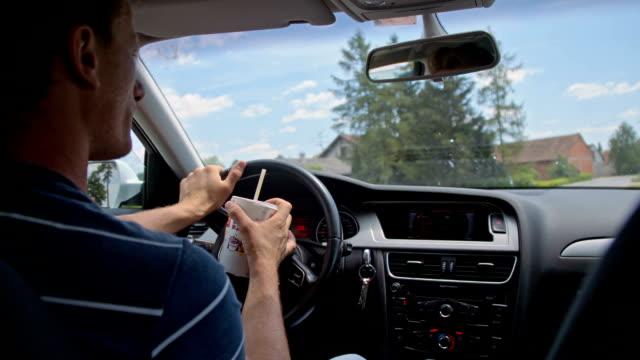 SLO MO Fahrer hält eine Tasse trinken, während Sie
