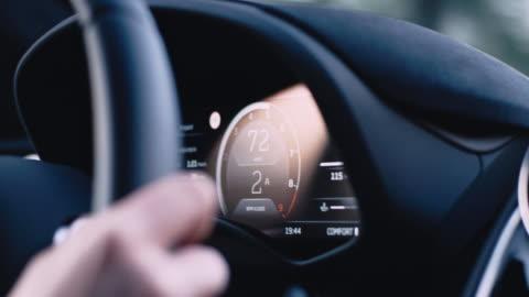 vidéos et rushes de pilote dans une voiture d'époque. détails intérieurs - compteur